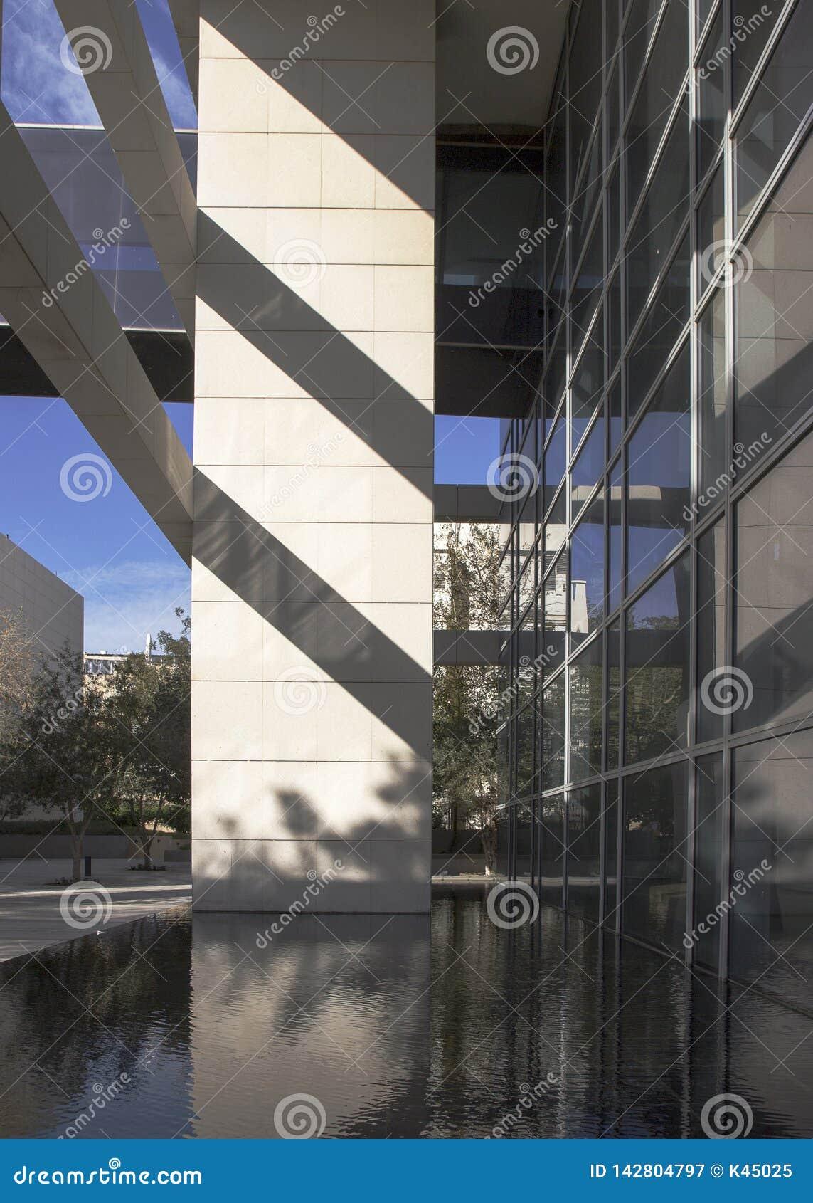 Часть современного здания с толкованием стиля Баухауза внутри