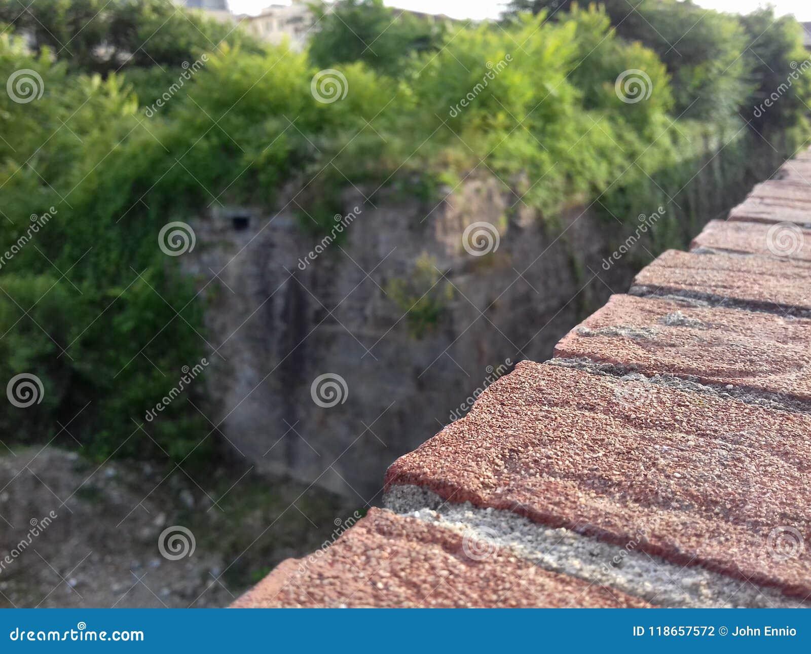 Часть стены с красными кирпичами
