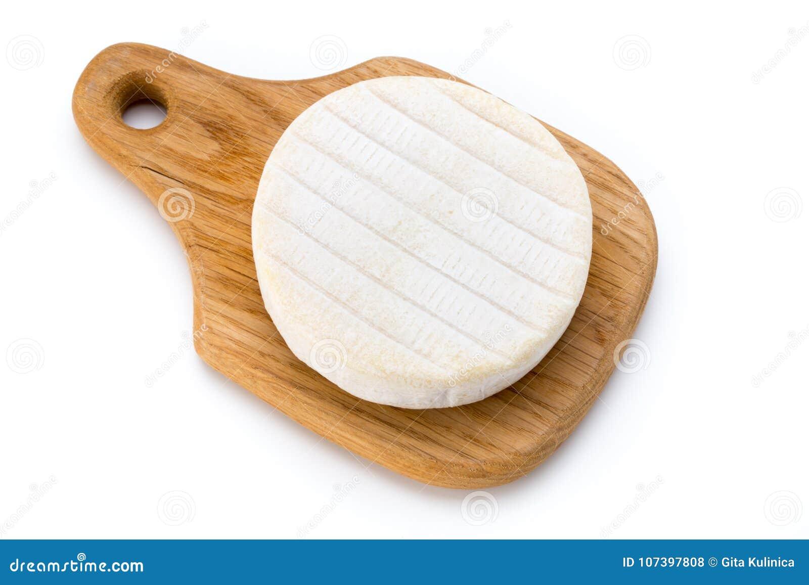 Часть сыра камамбера изолированная на белой предпосылке От верхней части