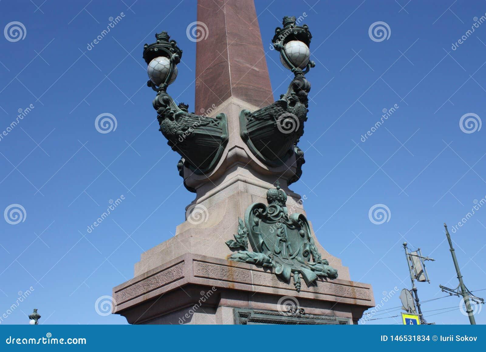 Часть украшения фонарика моста Troitsky в Петербурге