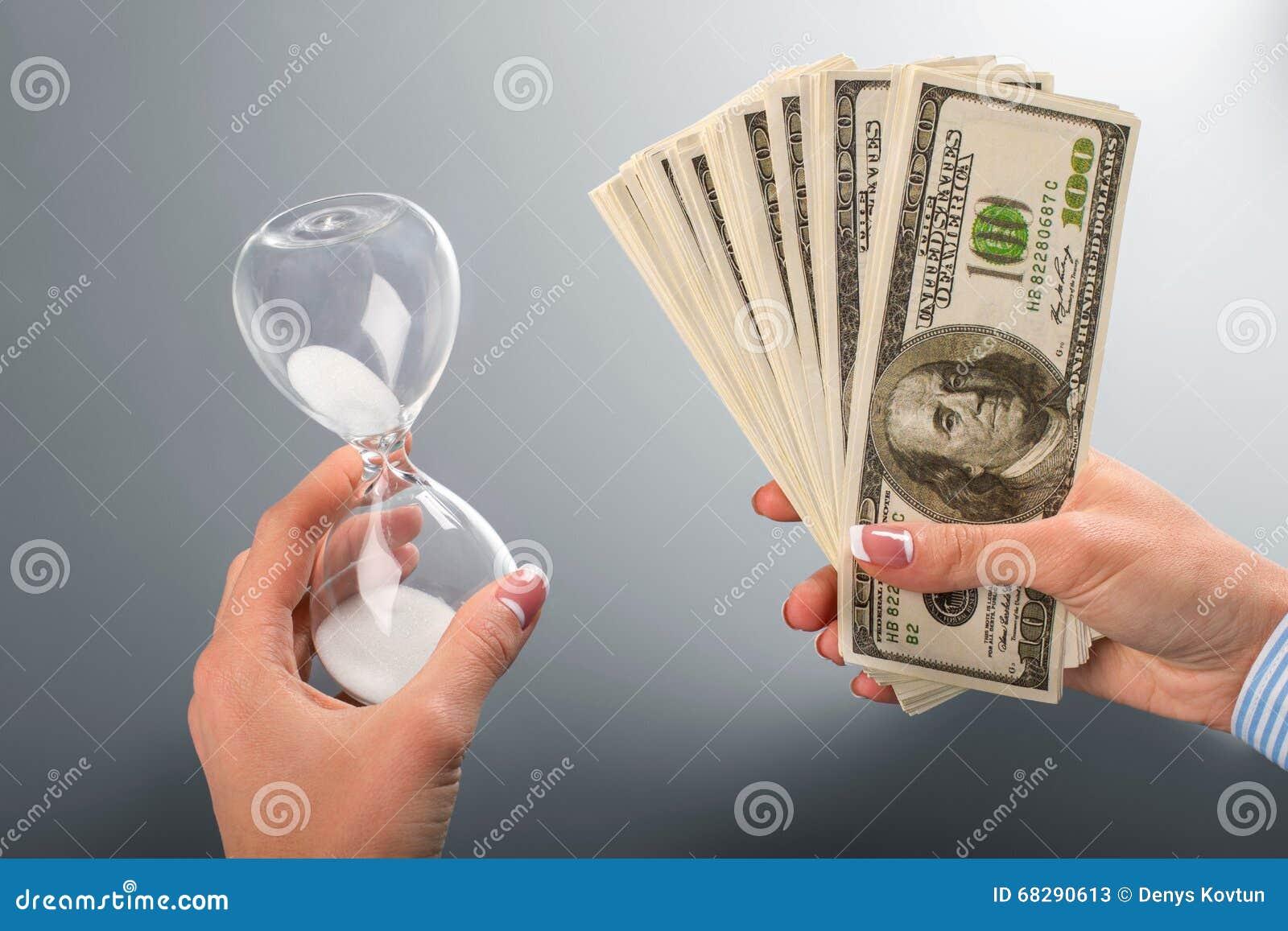 Часы дамы и вентилятор доллара