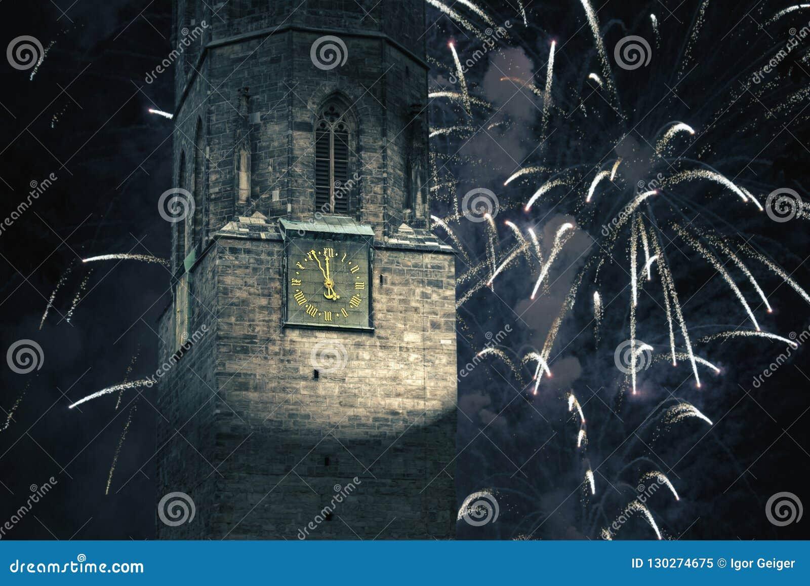 Часы на башне города показывают 5 минут до 12 на Новом Годе
