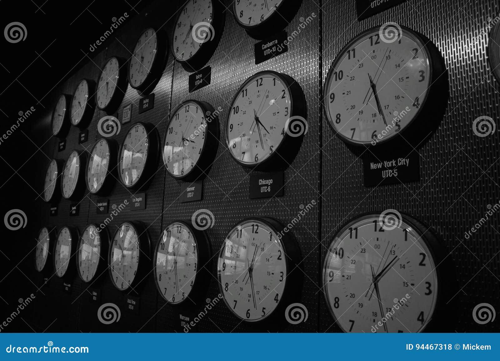 Часы показывая времена вокруг мира