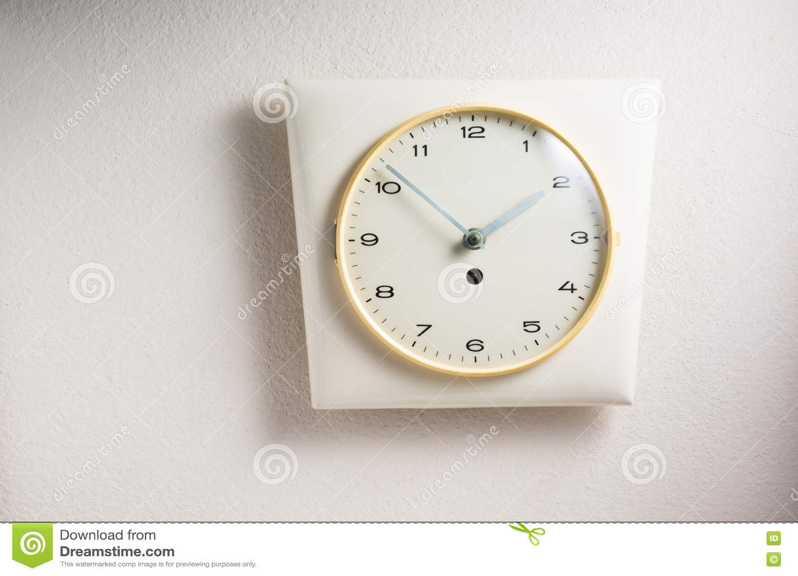 часы предпосылки изолированные над белизной стены