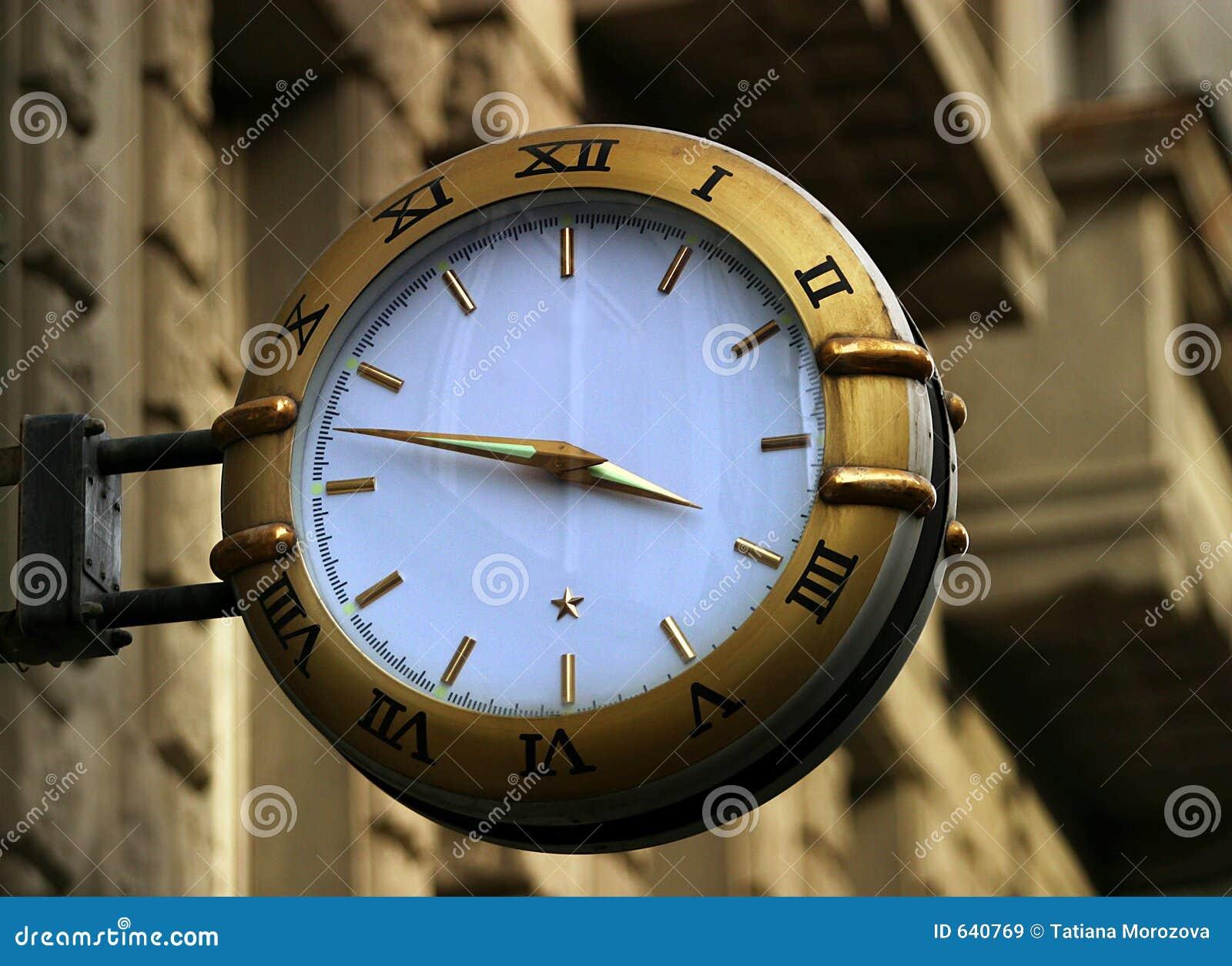 Download часы улицы стоковое изображение. изображение насчитывающей часы - 640769
