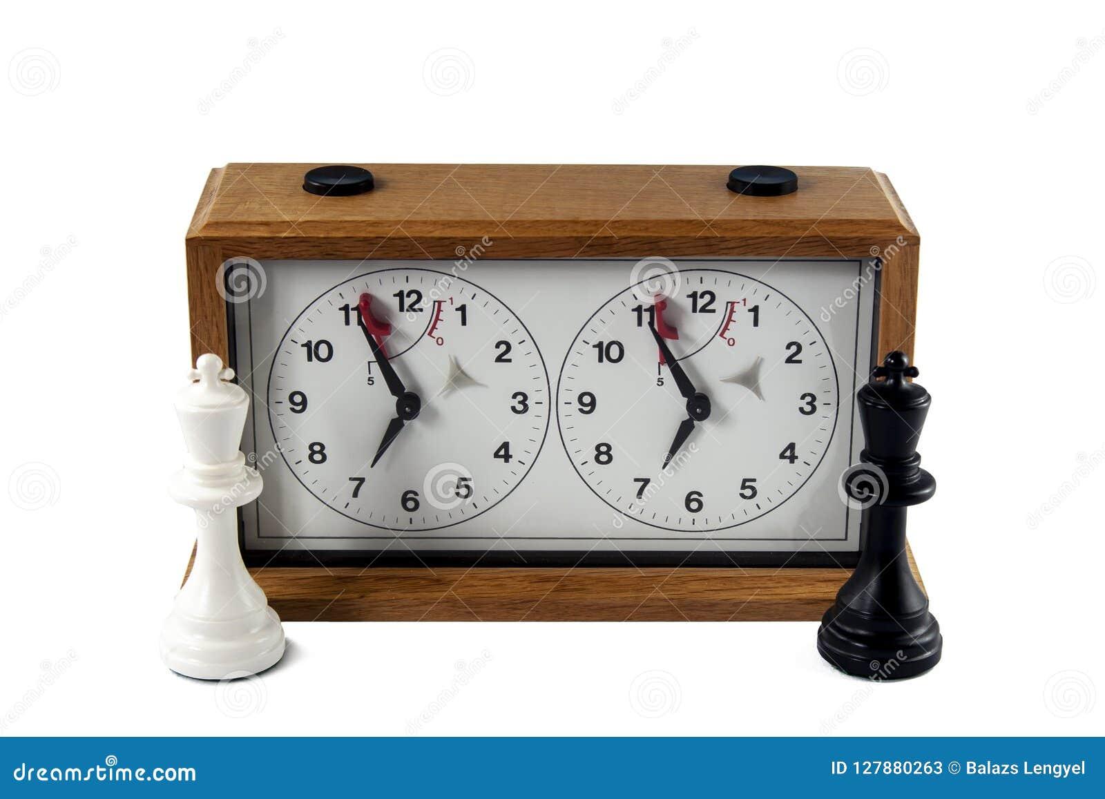 Часы шахмат изолированные на белой предпосылке, черно-белый король