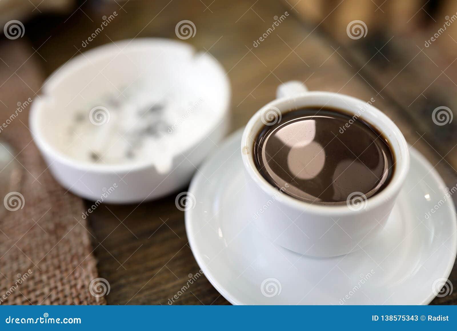 Чашка армянских кофе и ashtray