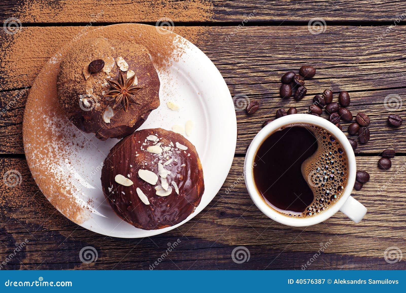 Чашка горячих кофе и пирожного