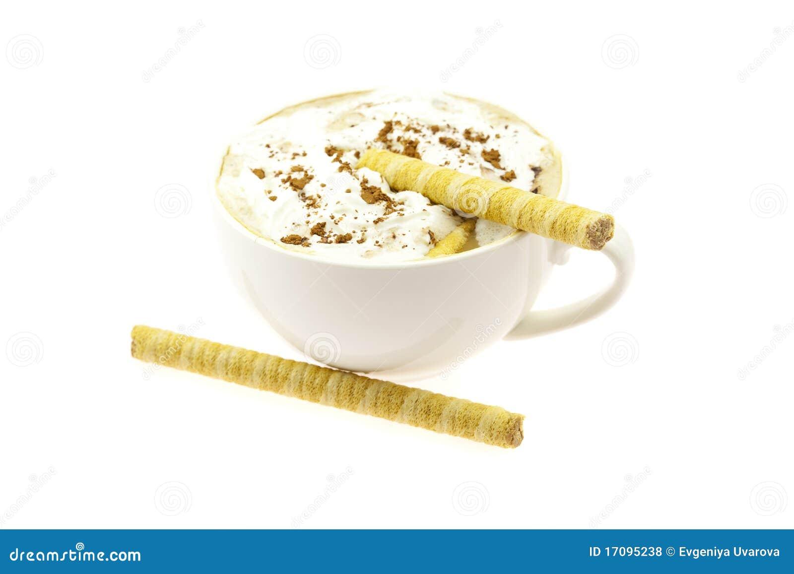 чашка капучино свертывает вафлю