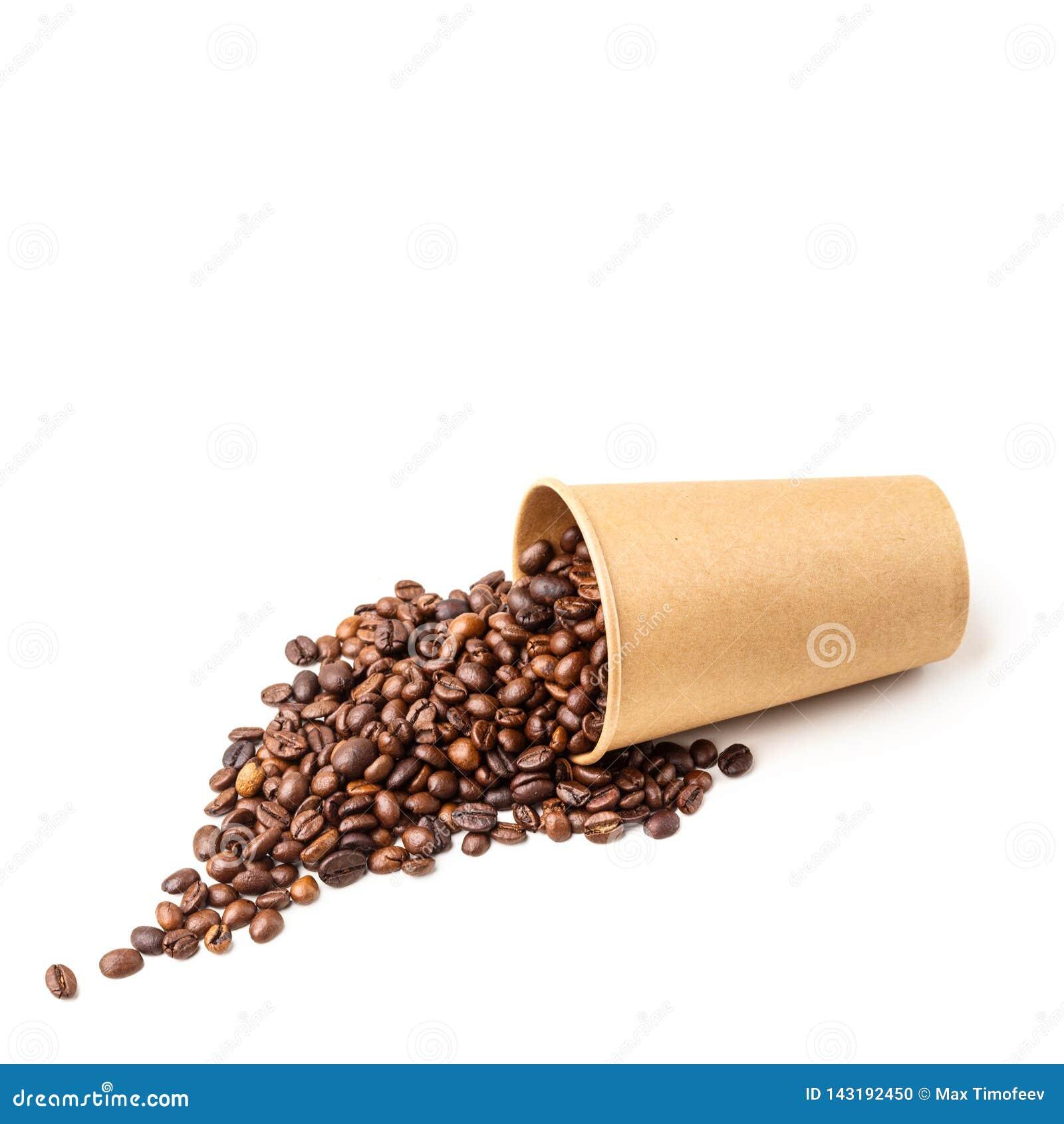 Чашка картона заполненная с кофейными зернами изолировано
