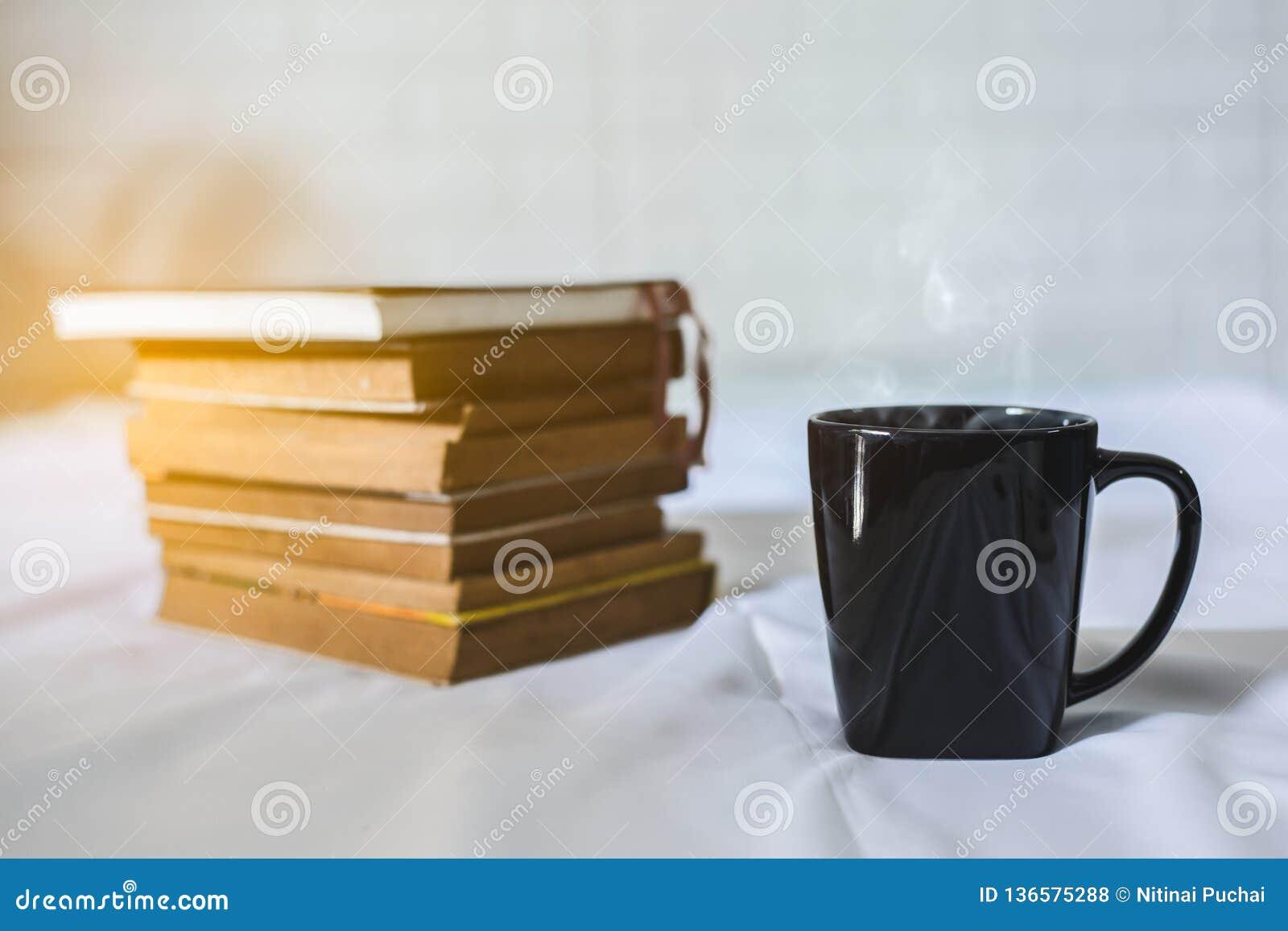 Чашка кофе и книга на кровати