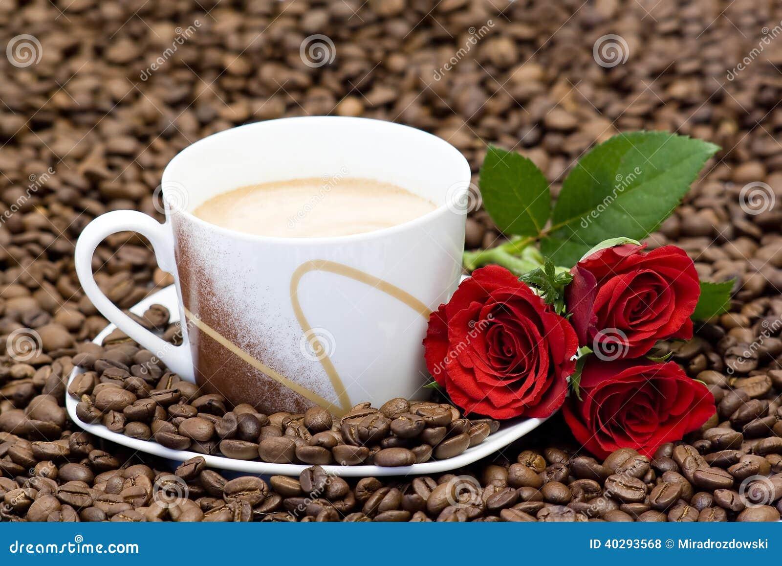 Чашка кофе и красные розы