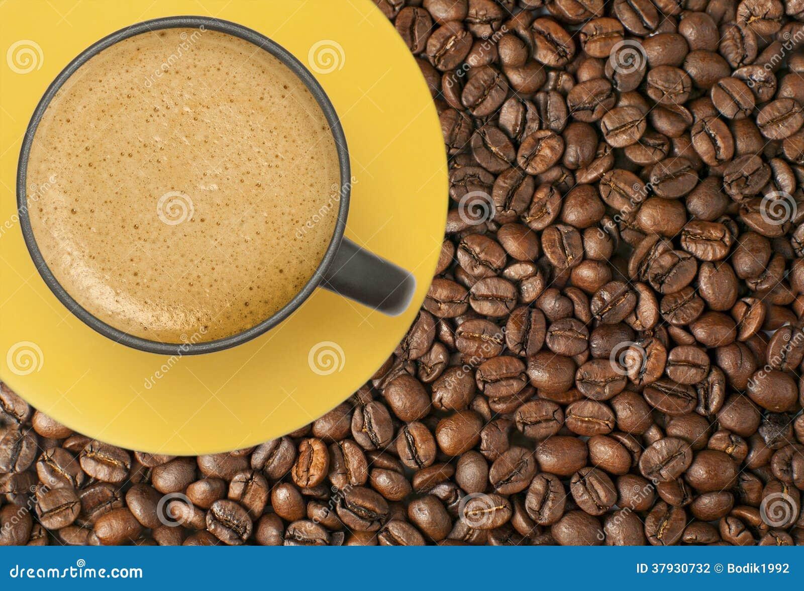Чашка кофе на кофейных зернах