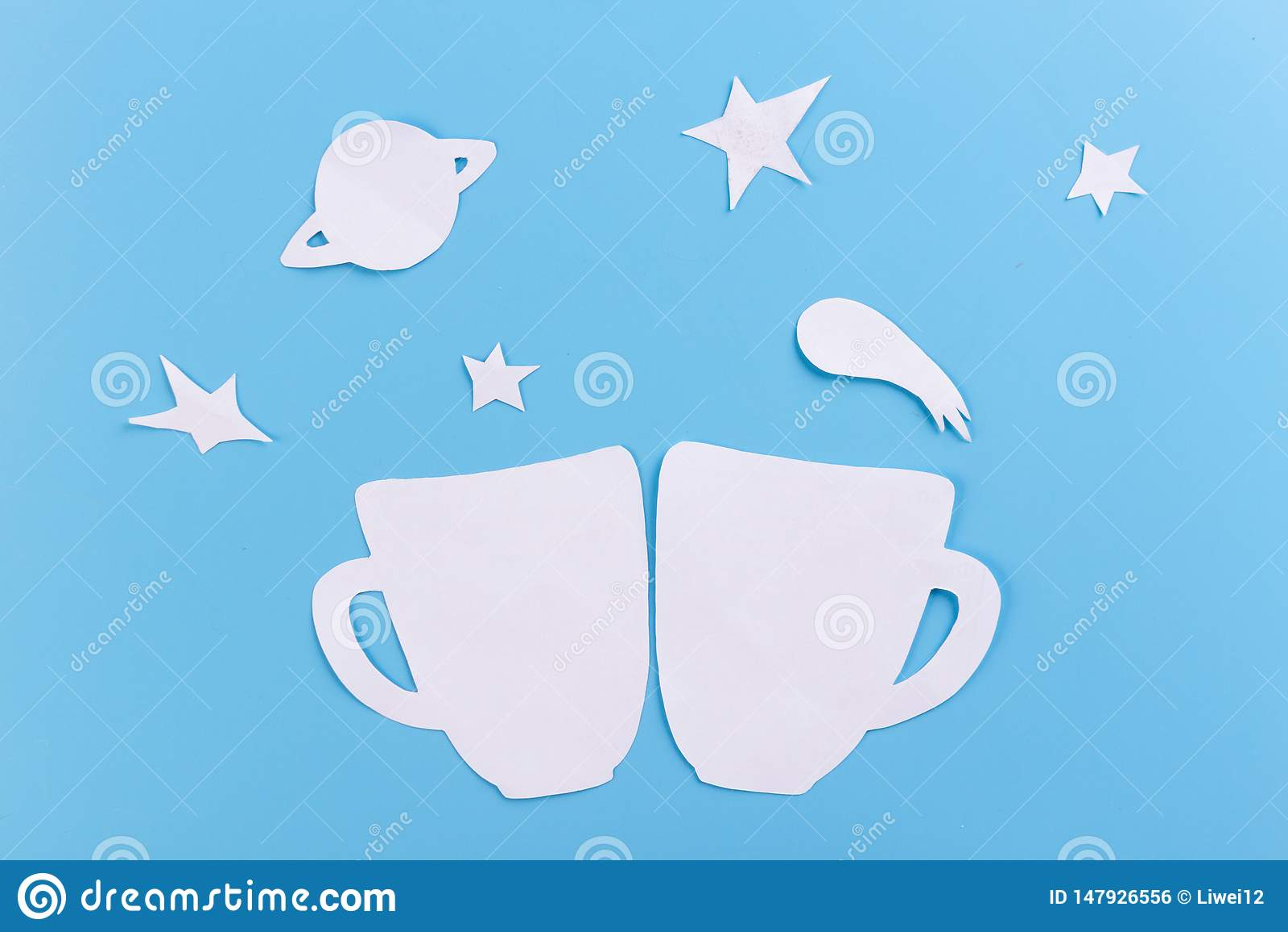 чашка на звездной предпосылке неба