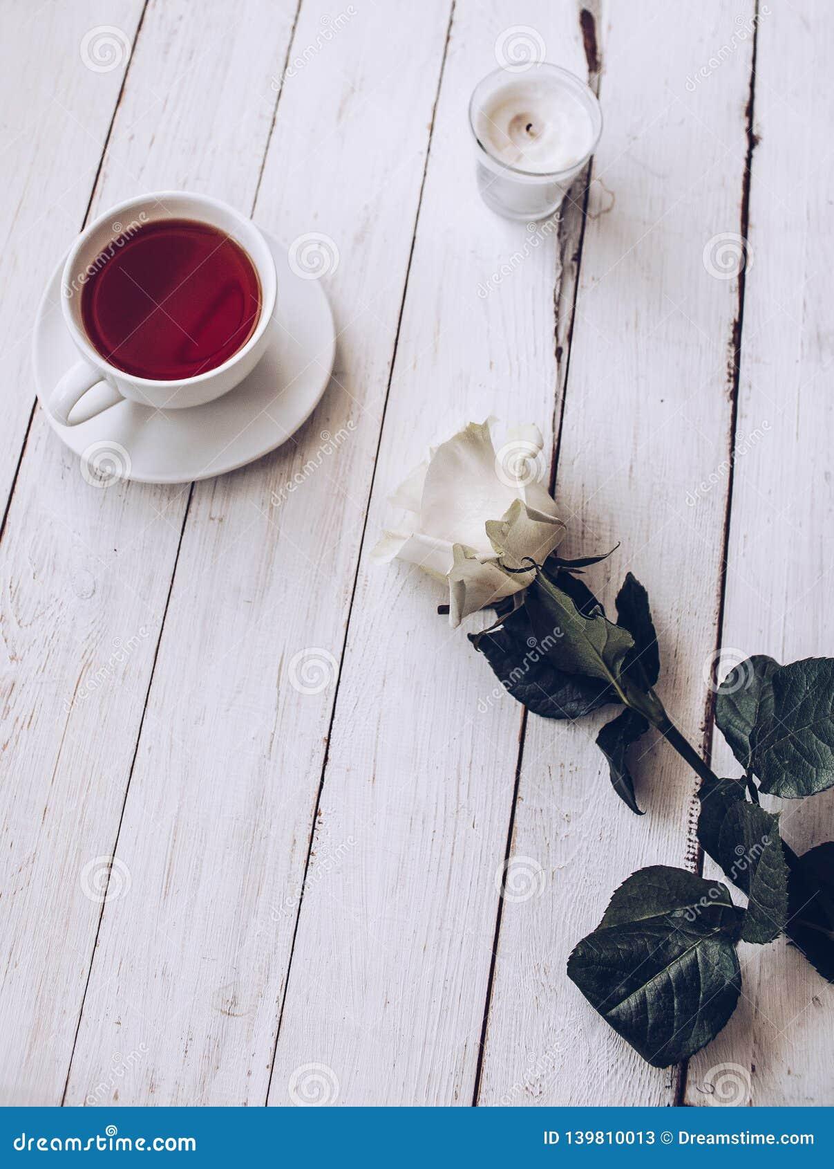 Чашка чаю на белой деревянной таблице