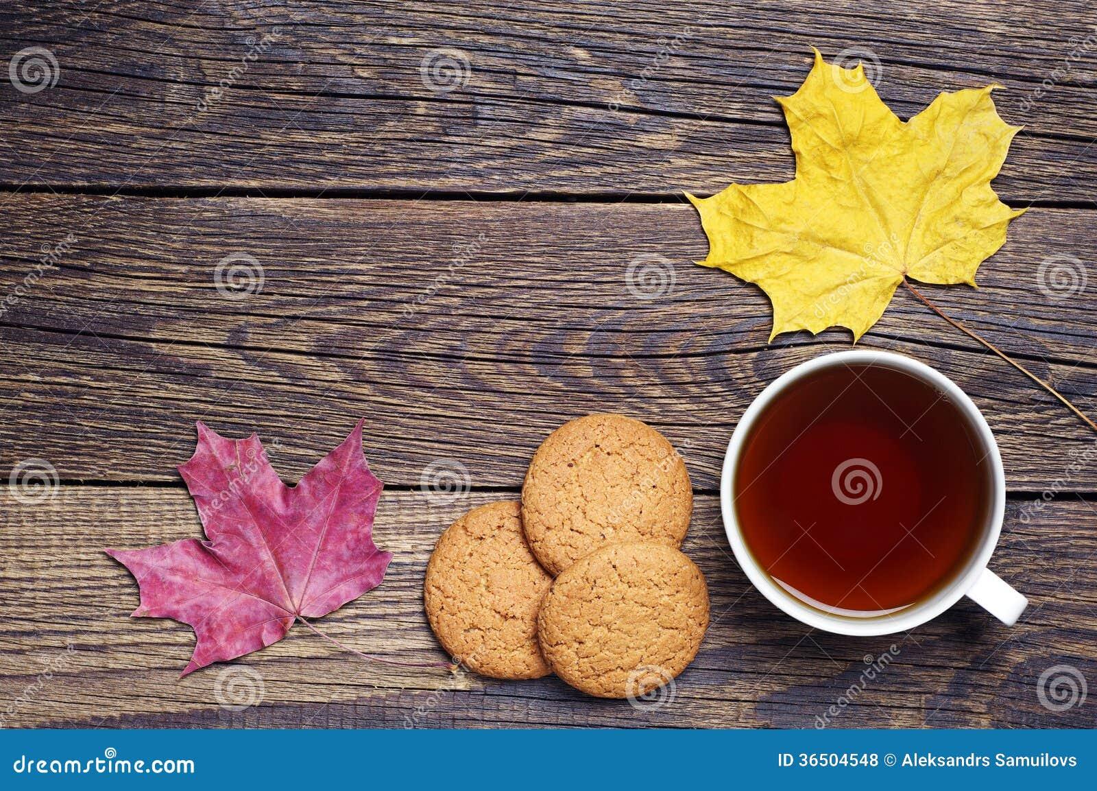 Чашка чаю с печеньями