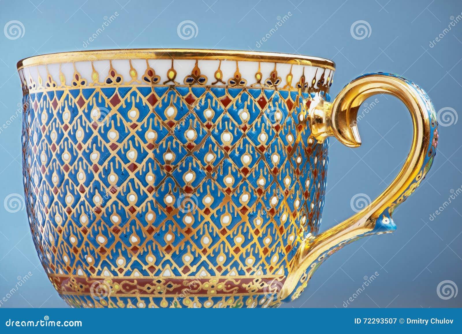 Download Чашка чая 5 цветов тайского изящного искусства традиционная (Bencharong) над голубой расплывчатой предпосылкой Стоковое Изображение - изображение насчитывающей отечественно, handmade: 72293507