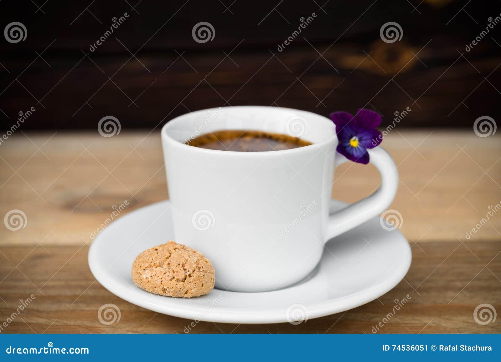 Чашка эспрессо с biscotti на деревянном столе