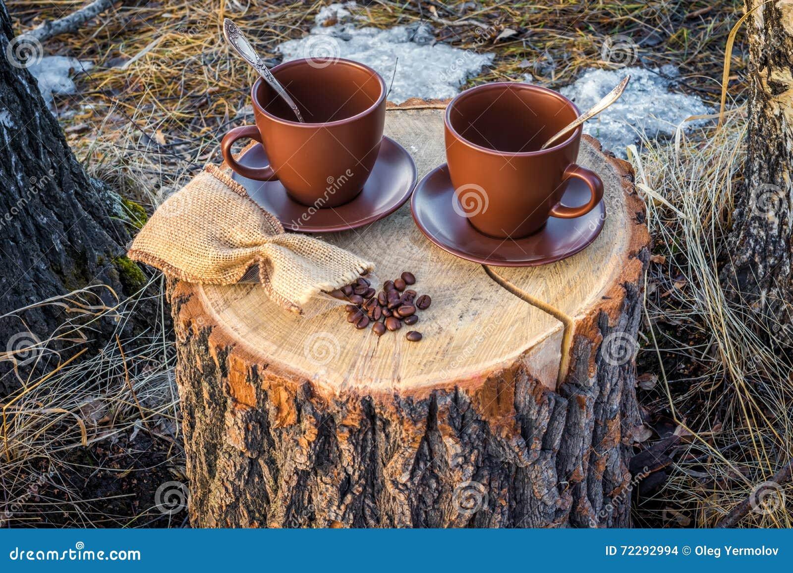 Download 2 чашки кофе на пне стоковое фото. изображение насчитывающей праздник - 72292994