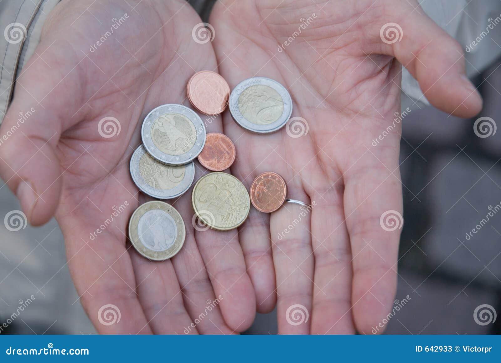 Download чеканит руки евро стоковое изображение. изображение насчитывающей банка - 642933