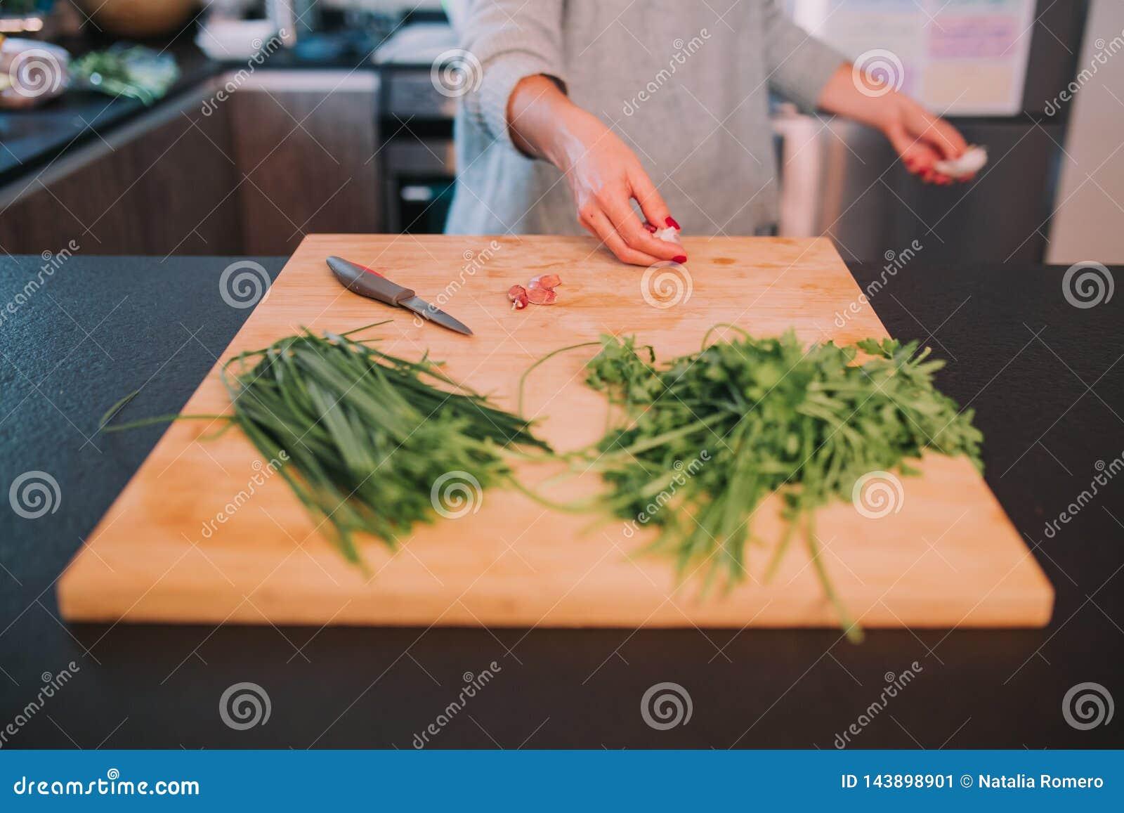 Человек варит овощи