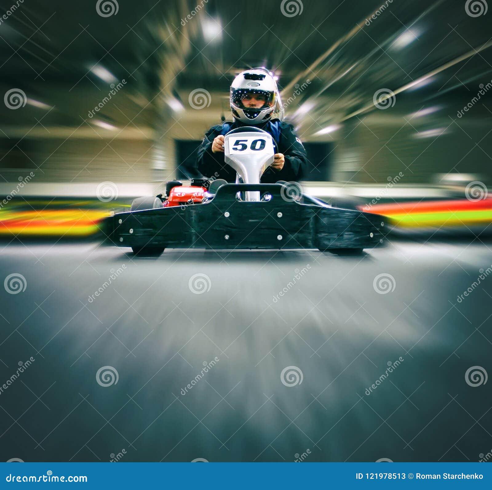 Человек в идти-kart на karting след