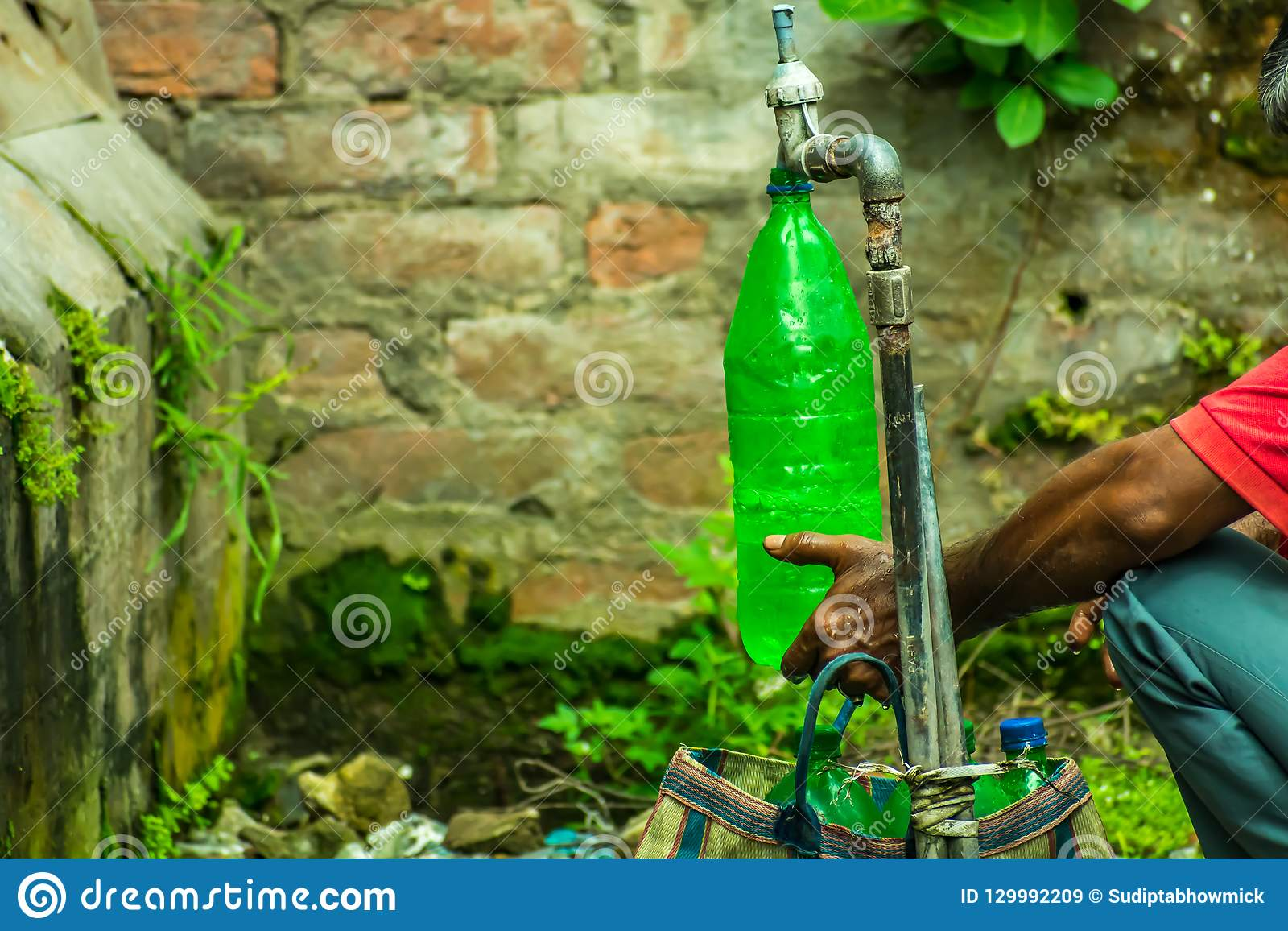 Человек в использовании пластмасовых контейнеров поликарбоната для питьевой воды которая может привести к серьезным рискам для зд