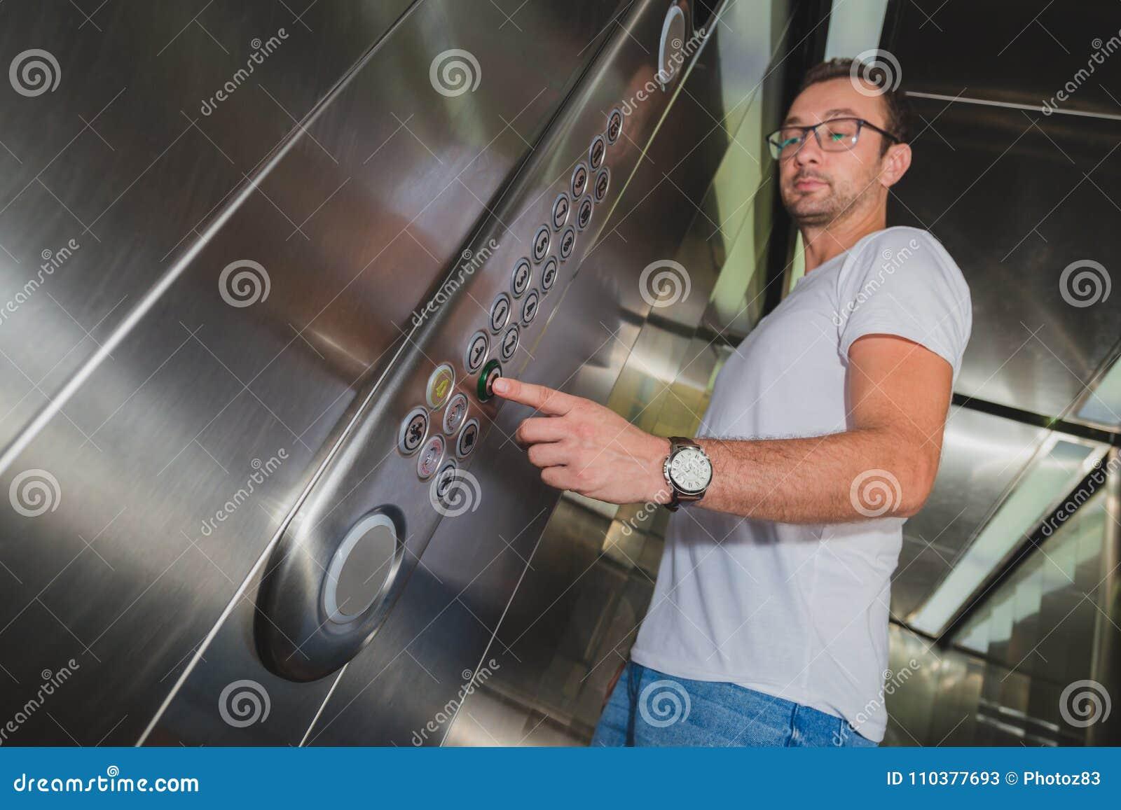 Человек в лифте