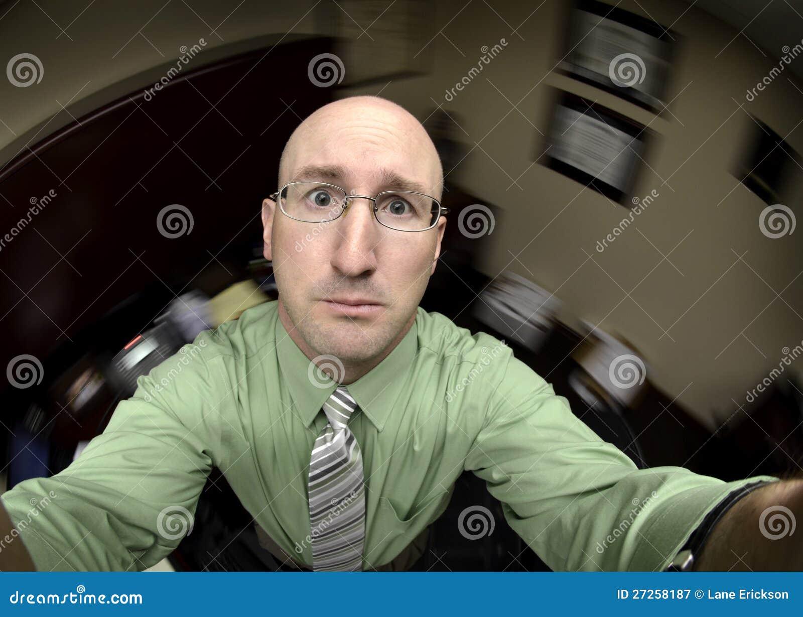 Человек в офисе ища помощь