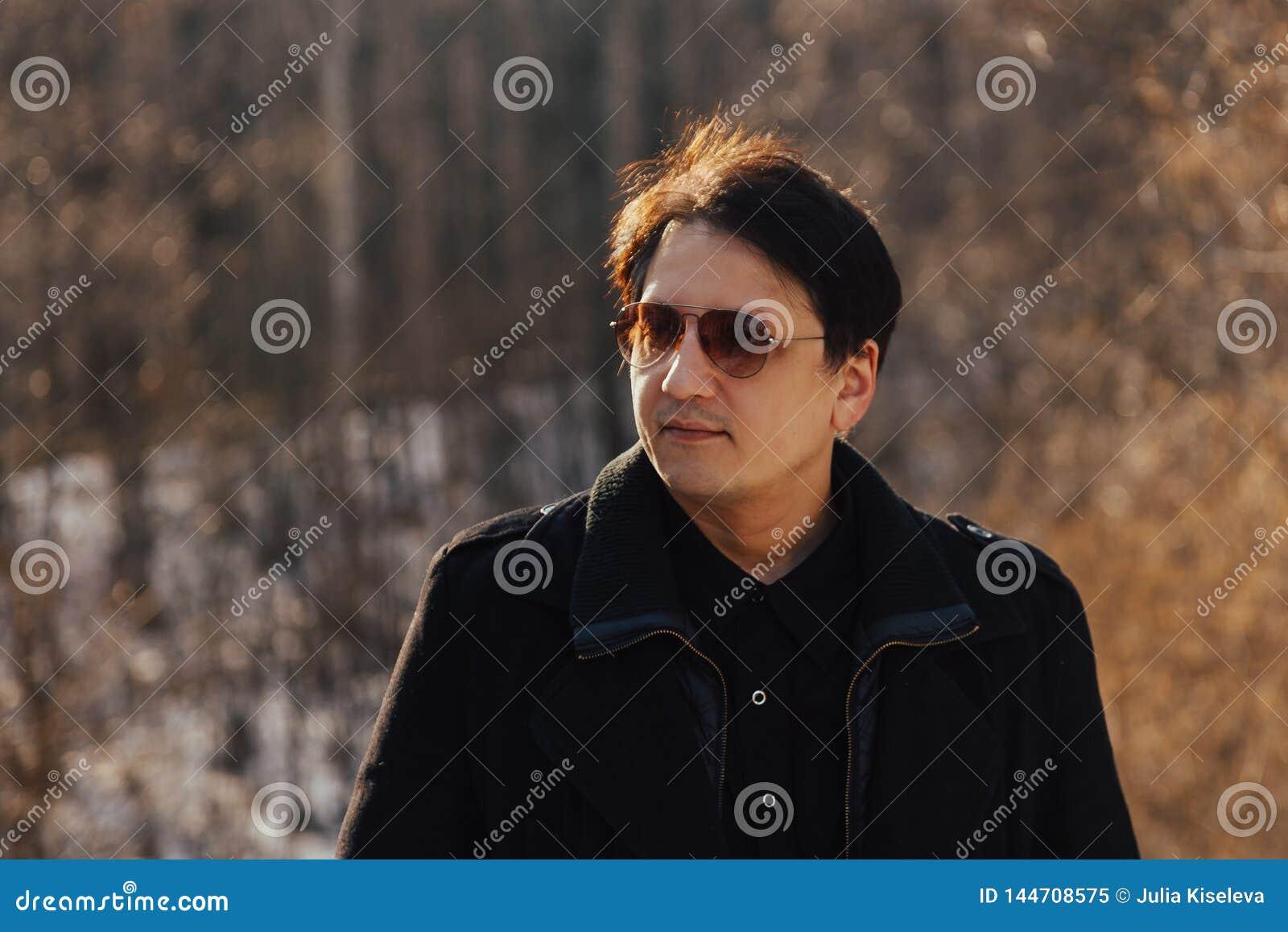 Человек в пальто и стеклах