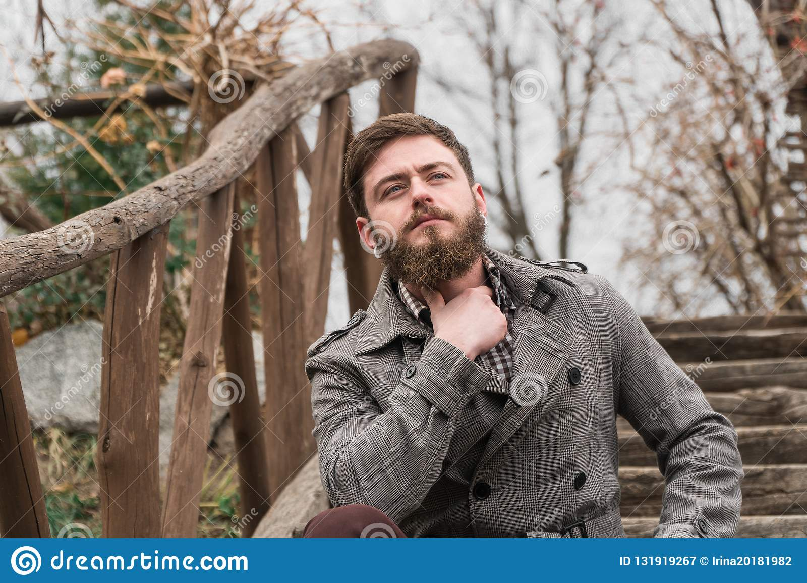 Человек в парке прогулка парка осени
