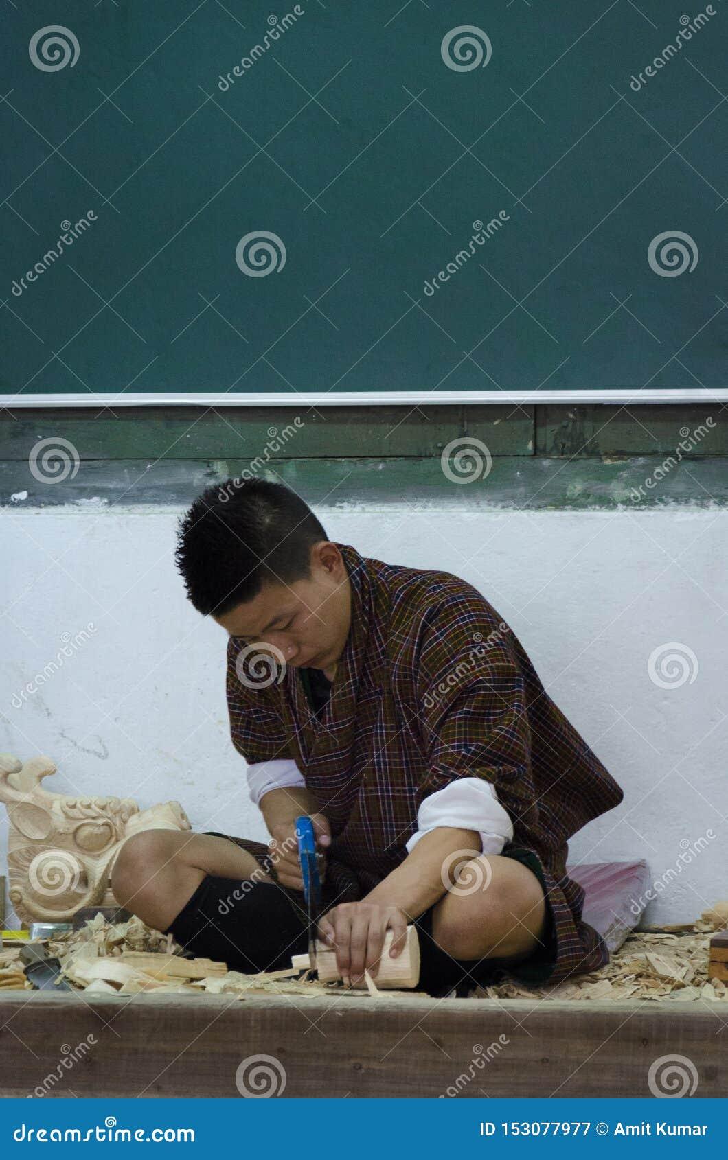 Человек делая деревянный высекать