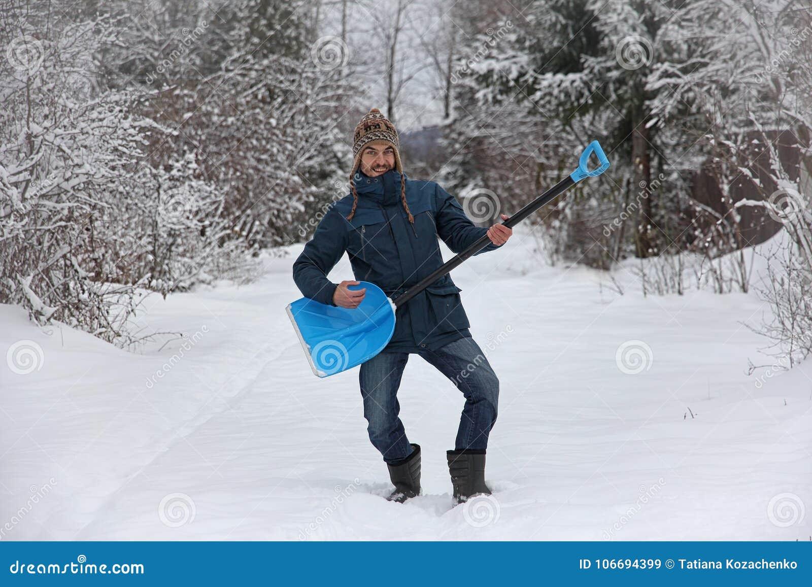 Человек держа лопаткоулавливатель любит гитара