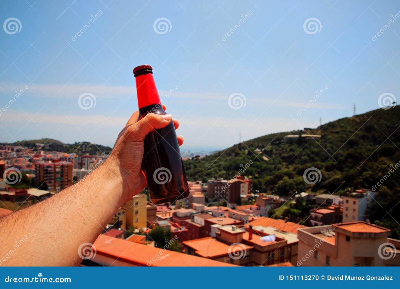 Человек держа пиво