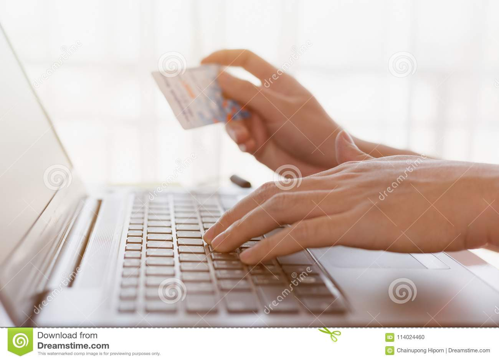 Человек держа поднимающее вверх кредитной карточки близкое, коммерция e, онлайн торговая операция, cr