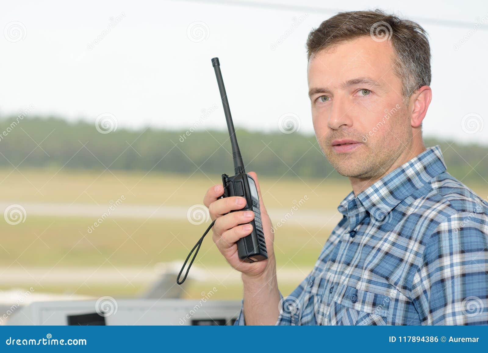 Человек держа радиоприемник