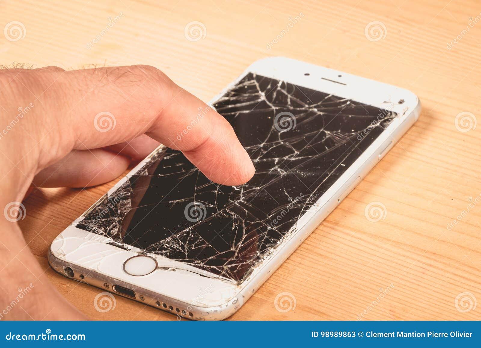 Человек держит в его руке iphone 6S Яблока Inc