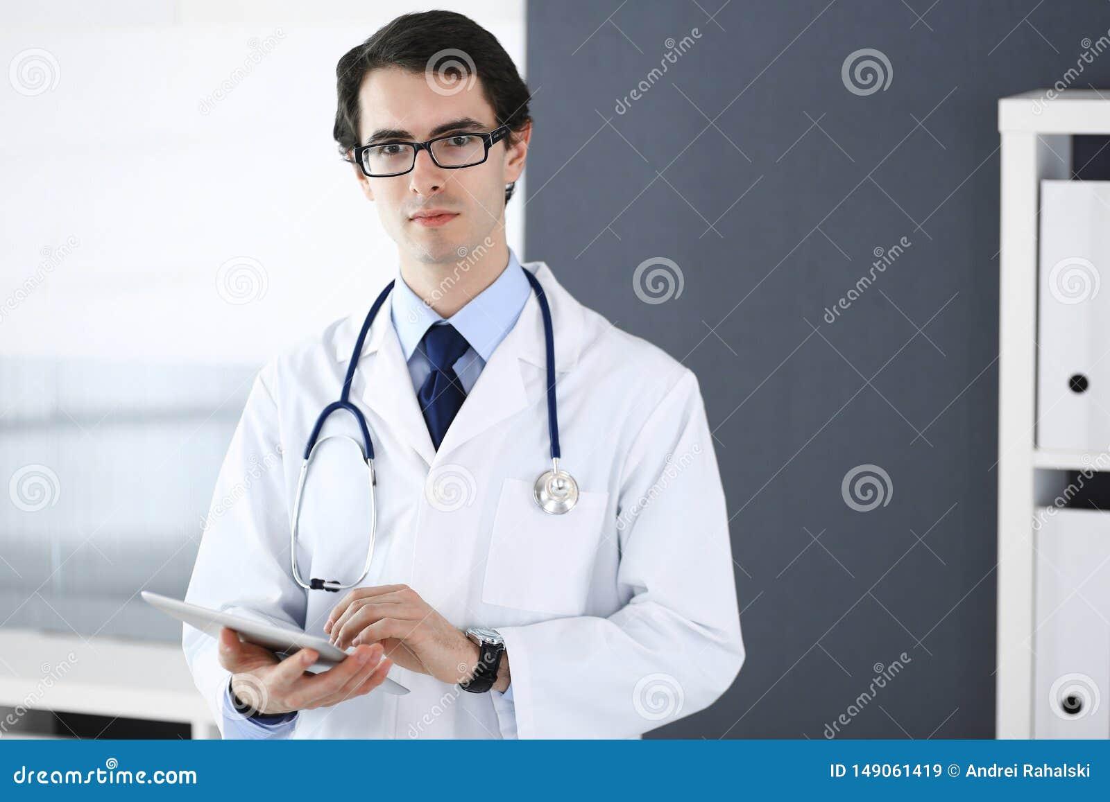 Человек доктора используя планшет для исследования сети или виртуальной обработки заболеванием r