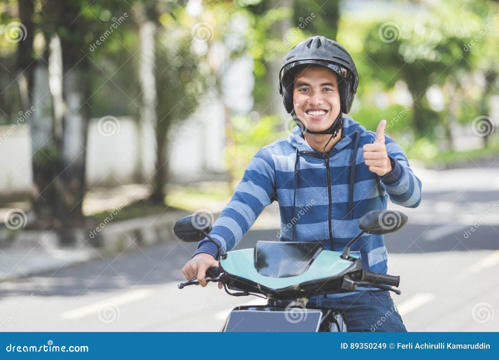 Человек ехать motorcyle или мотоцилк