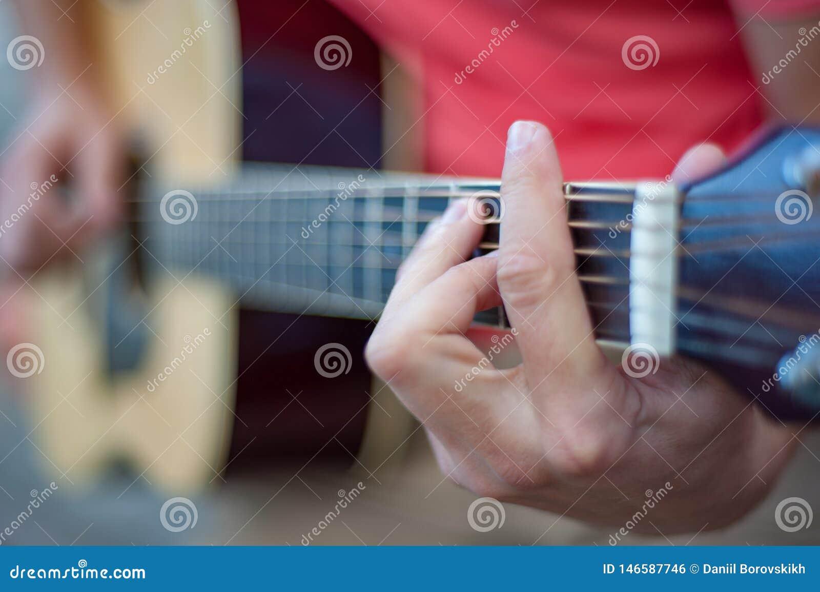Человек играя гитару, конец вверх