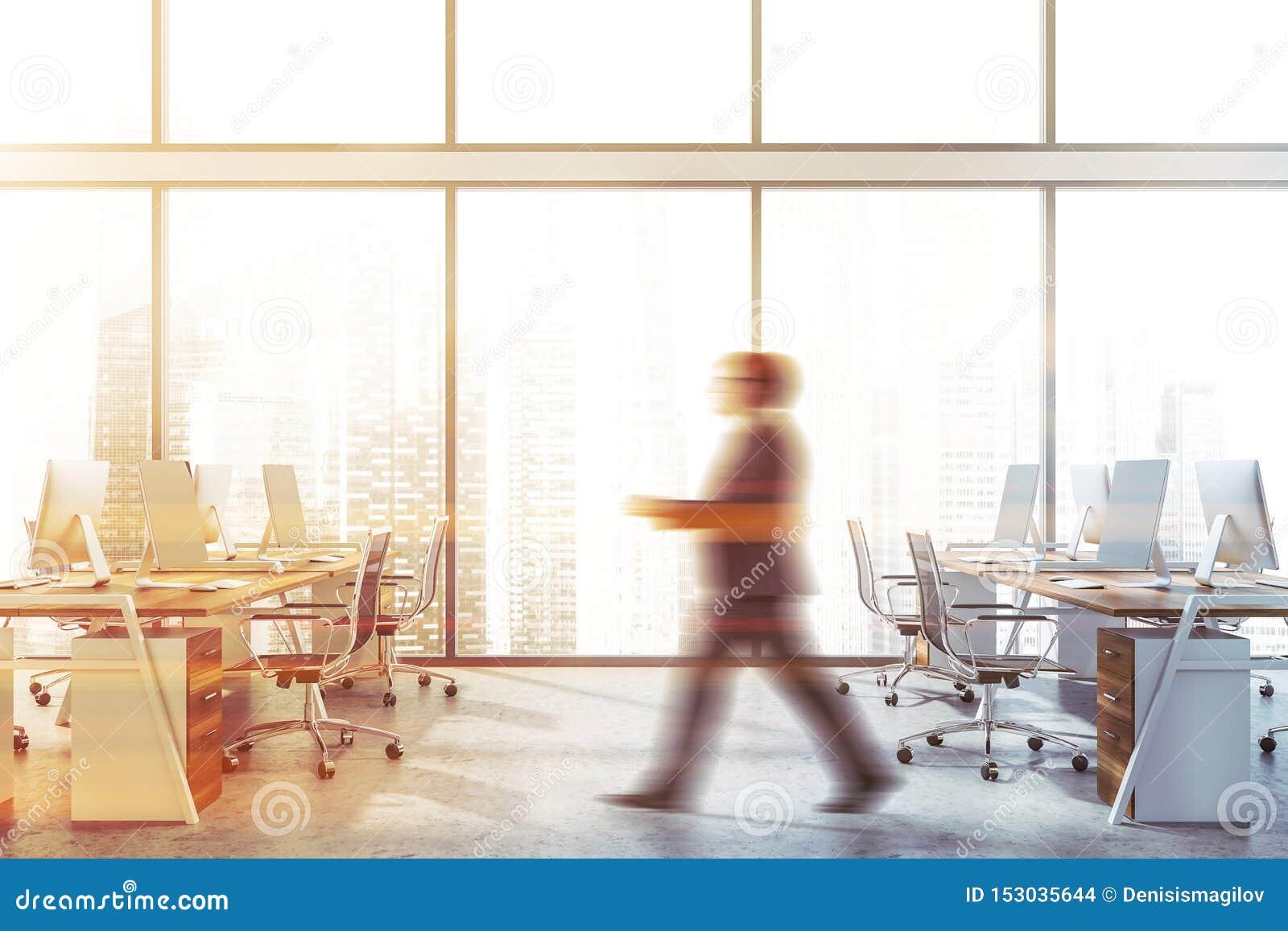 Человек идя в панорамный офис