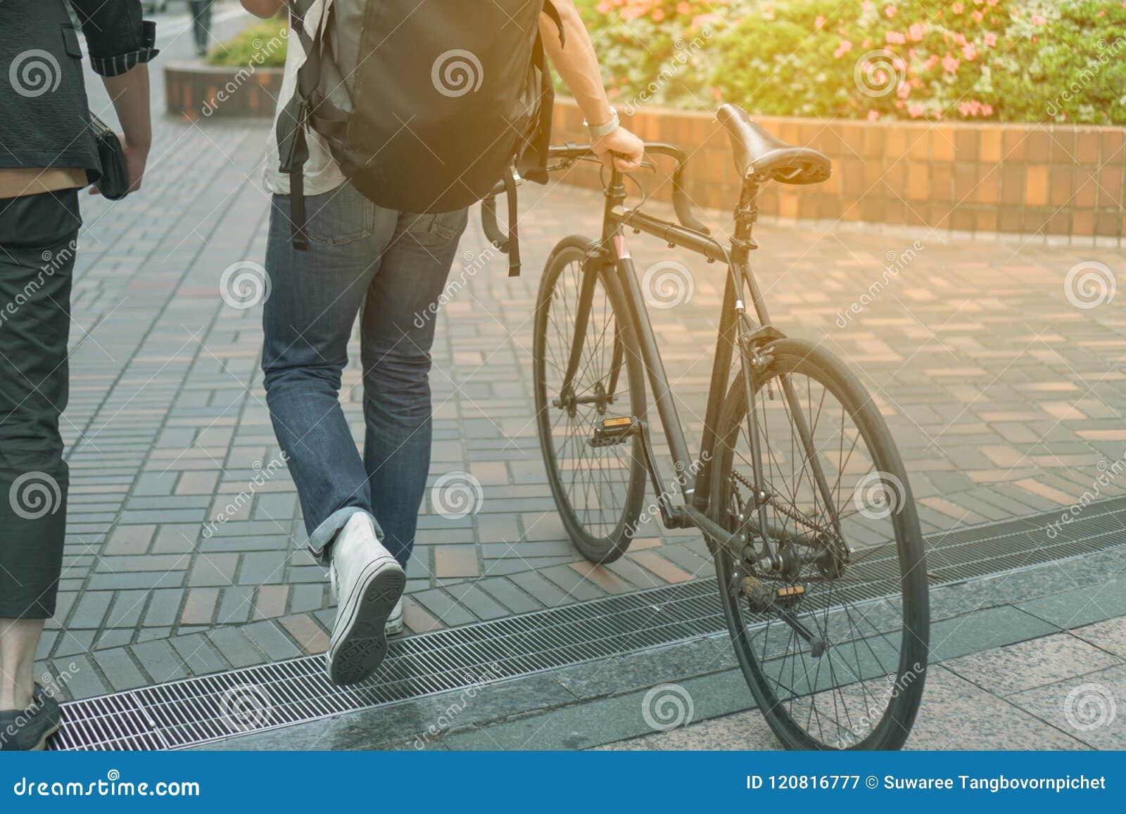 Человек идя с велосипедом на пути пути