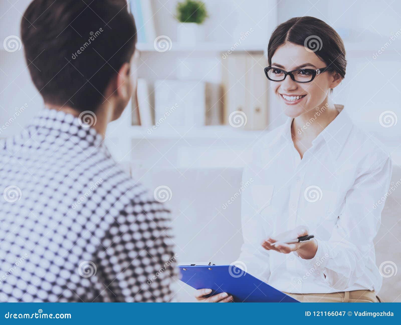 Человек имея переговор с его Psychotherapist