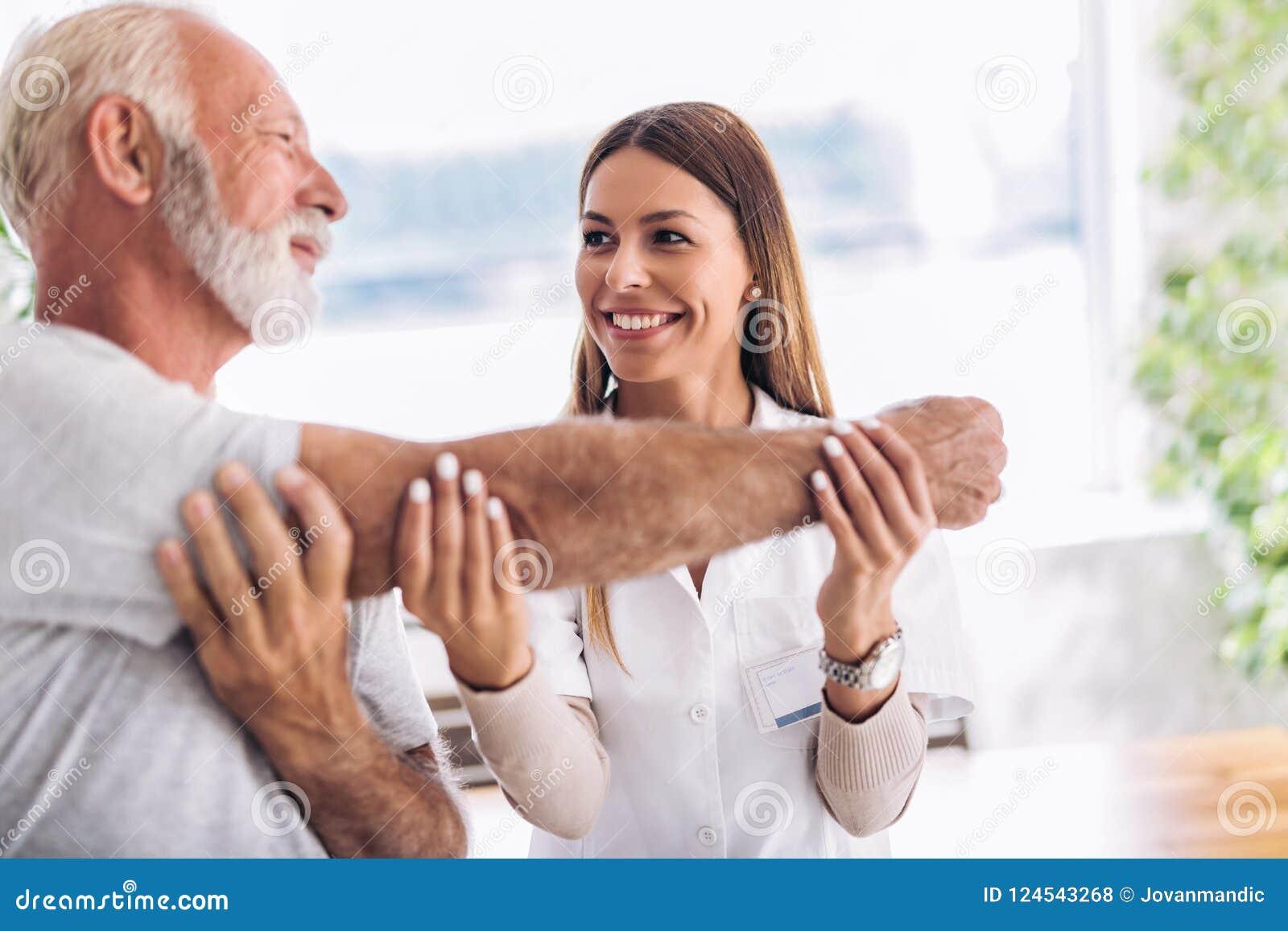 Человек имея регулировку руки хиропрактики