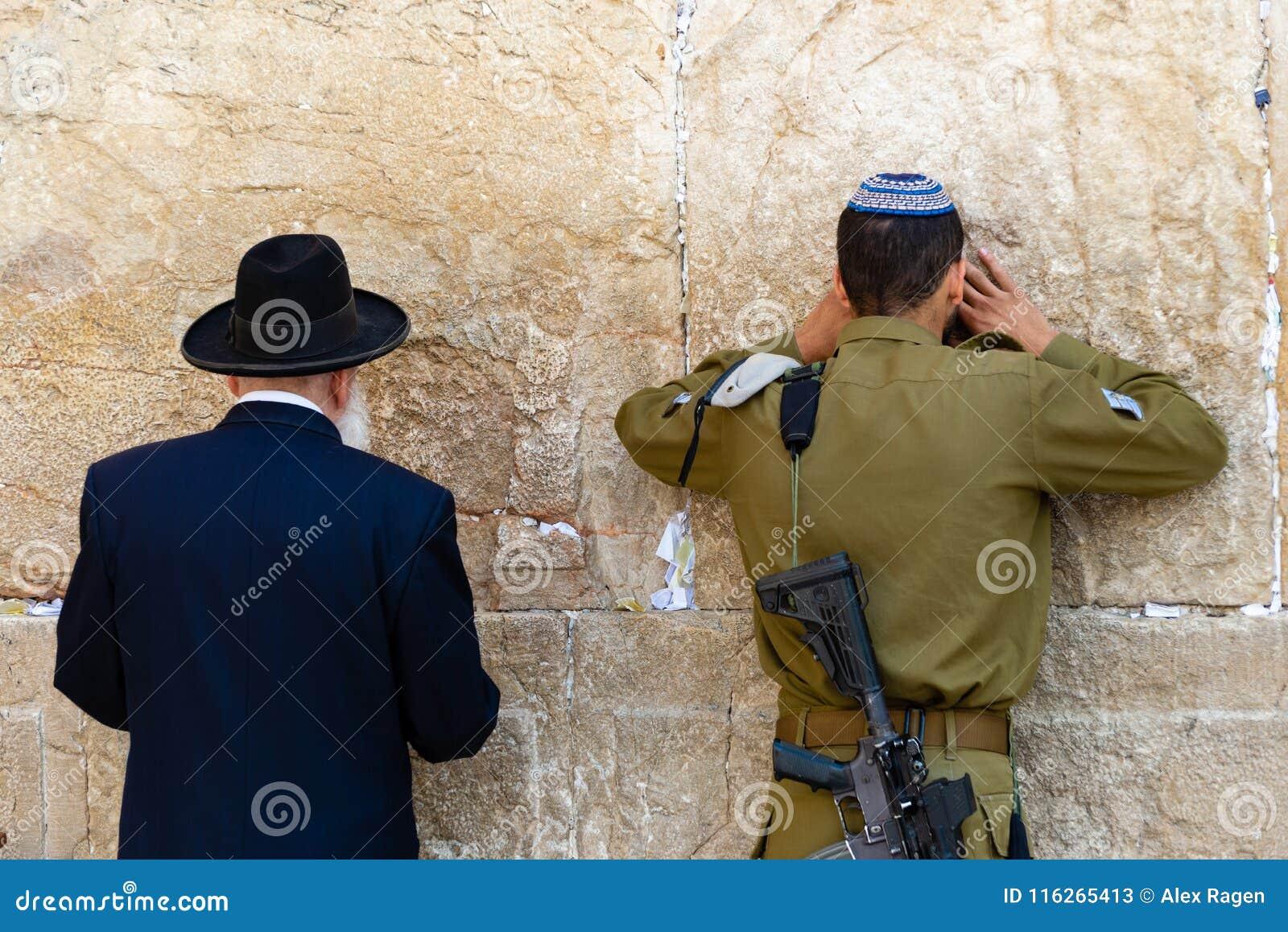 Человек и солдат молят на западной стене