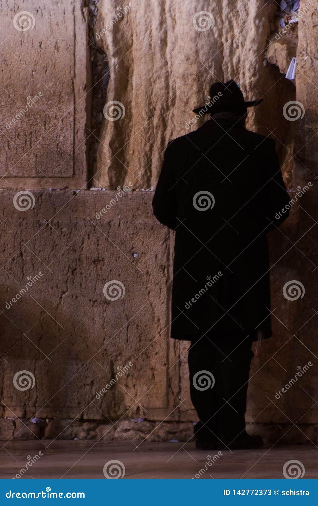 Человек моля на голося стене в Иерусалиме, Израиле