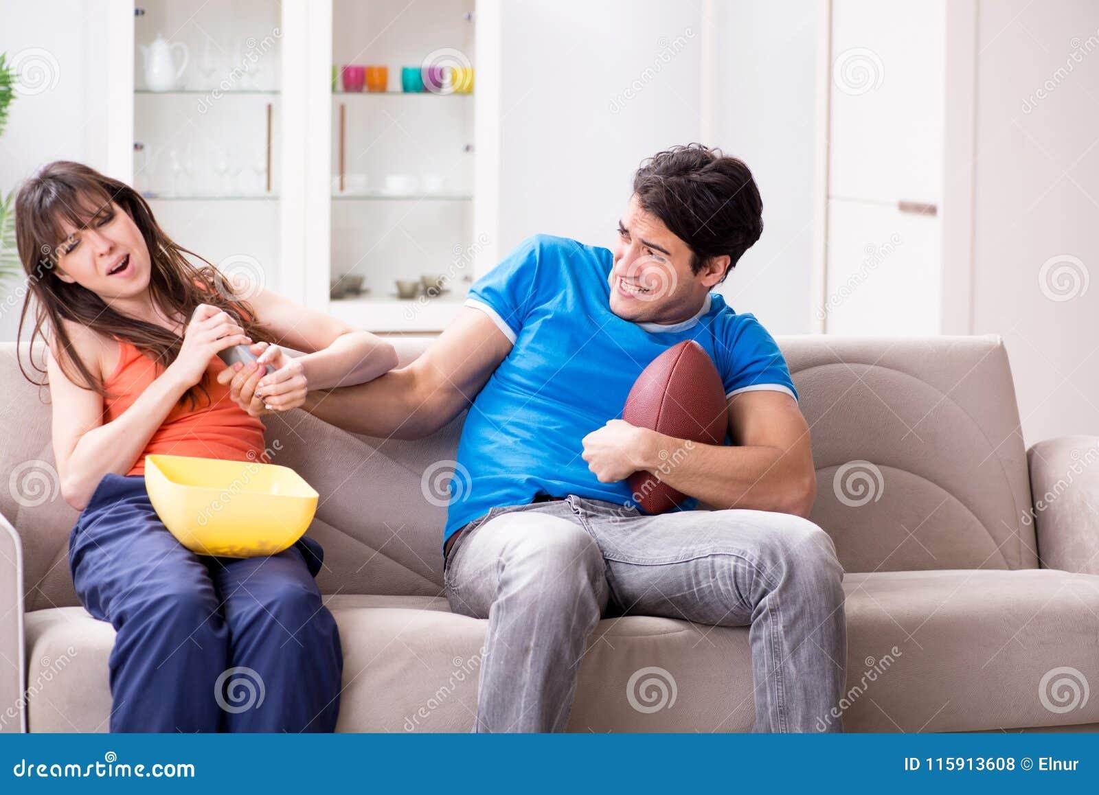 Трахнул пока муж смотрел футбол с другом, Жена тихо изменяет мужу с его лучшим другом во время 24 фотография