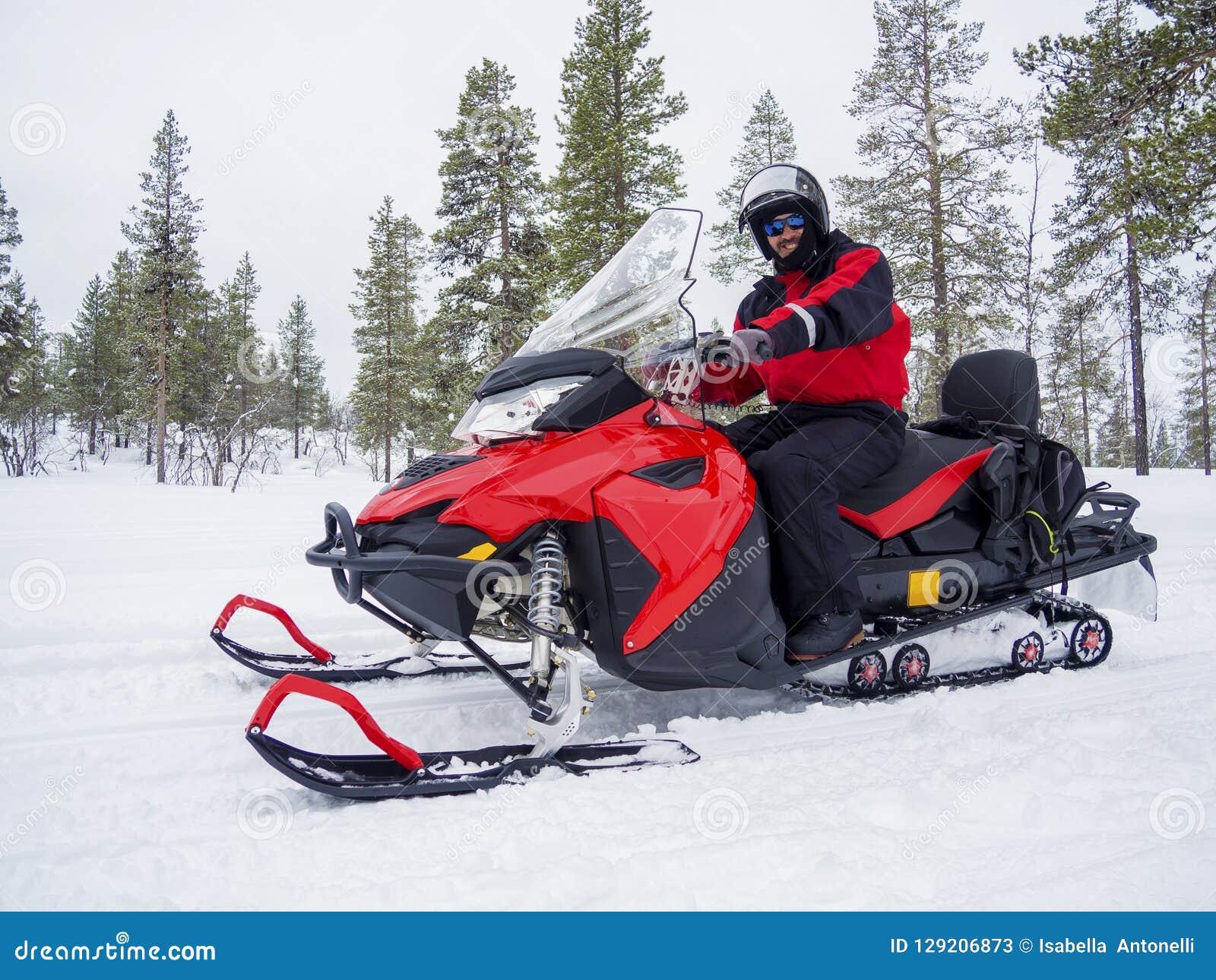 Человек на снегоходе в горе зимы