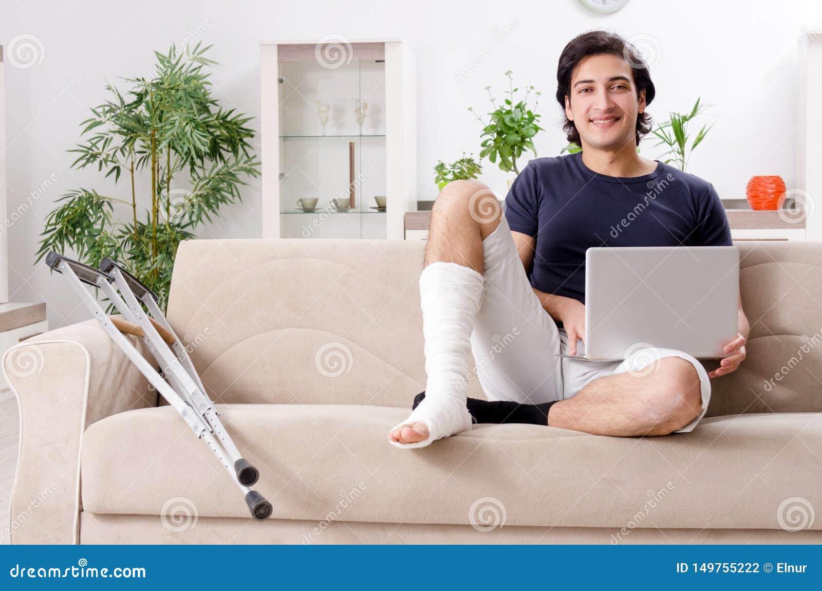 Человек ноги раненый молодой страдая дома
