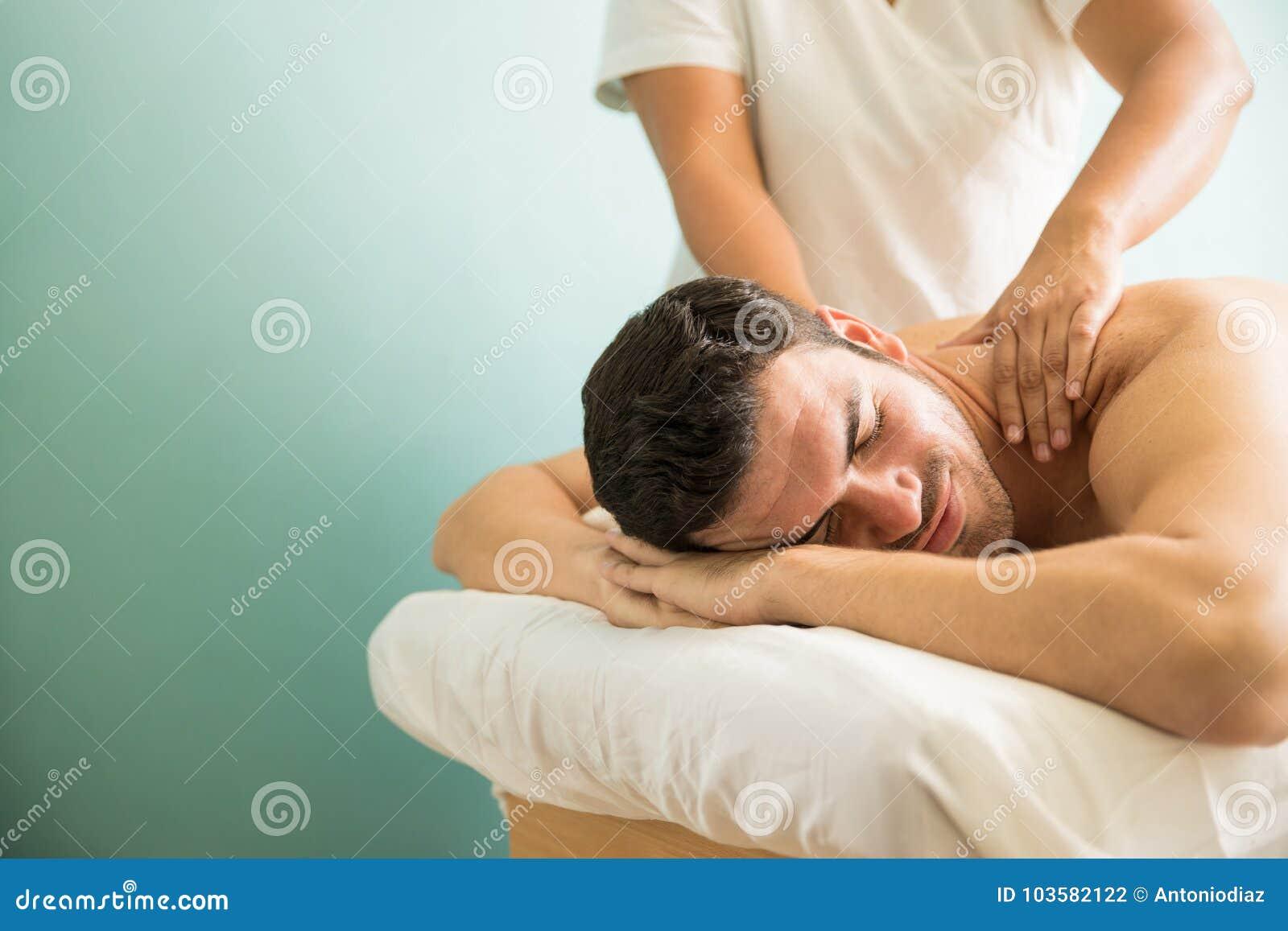 Человек получая глубокий массаж ткани